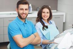 Portret męski dentysta młody szczęśliwy żeński pacjent i Zdjęcia Royalty Free