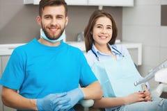 Portret męski dentysta młody szczęśliwy żeński pacjent i Obrazy Stock