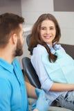 Portret męski dentysta młody szczęśliwy żeński pacjent i Fotografia Stock
