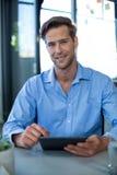 Portret męski dyrektor wykonawczy używa cyfrową pastylkę Obraz Royalty Free