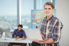 Portret męski dyrektor wykonawczy używa laptop Obrazy Royalty Free