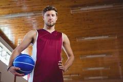 Portret męski gracz koszykówki z ręką na biodrze Obraz Royalty Free