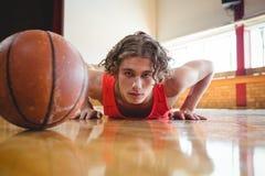 Portret męski gracza koszykówki ćwiczyć Zdjęcie Stock