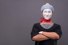 Portret męski mim z popielatym kapeluszem i biel stawiamy czoło Obrazy Stock
