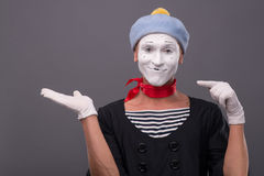 Portret męski mim z popielatym kapeluszem i biel stawiamy czoło Fotografia Stock