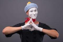 Portret męski mim z popielatym kapeluszem i biel stawiamy czoło Zdjęcie Royalty Free