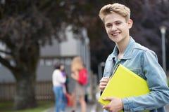 Portret Męski Nastoletni uczeń Na zewnątrz budynku szkoły Zdjęcie Stock