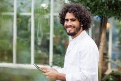 Portret męski naukowiec używa cyfrową pastylkę Obraz Royalty Free