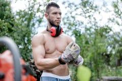 Portret męski pracownik, stawiający na ochronnych rękawiczkach i przekładni Fotografia Stock