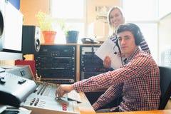Portret męski radiowy gospodarz używa rozsądnego melanżer Obrazy Royalty Free