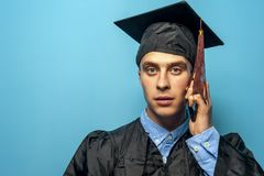 Portret Męskiego ucznia absolwent na błękitnym tle zdjęcie royalty free