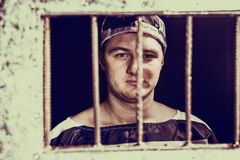 Portret męskiego więźnia pozycja za więźniarską siatką w jai Fotografia Royalty Free