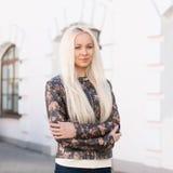 Portret młoda ładna kobieta z blondynek hairs Stojaki zbliżają bu Obrazy Royalty Free