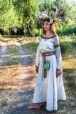 Portret młoda ładna kobieta z kwiatu wiankiem Fotografia Stock