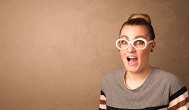 Portret młoda ładna kobieta z okularami przeciwsłonecznymi i copyspace Zdjęcie Royalty Free
