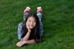 Portret młoda śliczna dziewczyna patrzeje kamerę obrazy royalty free