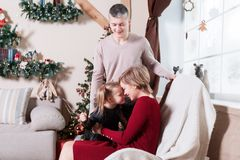 Portret młoda życzliwa rodzina na poranku bożonarodzeniowy Ojciec matka i córka, Obrazy Royalty Free