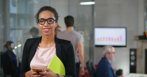 Portret młoda afro amerykańska kobieta zdjęcie wideo