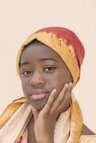 Portret młoda Afro dziewczyna jest ubranym tradycyjnego chustka na głowę Obraz Royalty Free