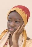 Portret młoda Afro dziewczyna jest ubranym tradycyjnego chustka na głowę Fotografia Stock