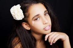 Portret młoda amerykanin afrykańskiego pochodzenia dziewczyna z kwiatem Fotografia Stock
