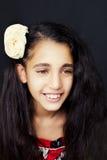 Portret młoda amerykanin afrykańskiego pochodzenia dziewczyna z kwiatem w włosy Zdjęcie Royalty Free