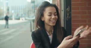 Portret młoda amerykanin afrykańskiego pochodzenia kobieta używa telefon zdjęcie wideo