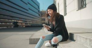 Portret młoda amerykanin afrykańskiego pochodzenia kobieta używa telefon zbiory
