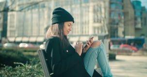 Portret młoda amerykanin afrykańskiego pochodzenia kobieta używa telefon zbiory wideo