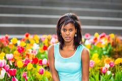 Portret Młoda amerykanin afrykańskiego pochodzenia kobieta z kwiatami w Nowym Yor Zdjęcie Stock