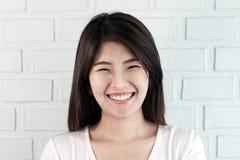 Portret młoda atrakcyjna azjatykcia brunetki kobieta patrzeje kamerę ono uśmiecha się z ufnym i pozytywnym stylu życia pojęciem n obraz royalty free
