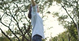 Portret Młoda atrakcyjna azjatykcia kobieta z szczęśliwą emocją w lato parku zdjęcie wideo