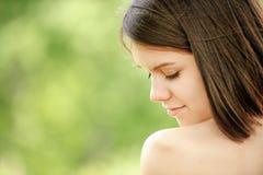 Portret młoda atrakcyjna brunetki kobieta zdjęcie stock