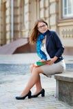 Portret młoda atrakcyjna brunetki kobieta z szkło czytelniczą książką Fotografia Royalty Free