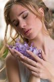 Portret młoda atrakcyjna dziewczyna pozuje z żałość kwitnie zdjęcie stock