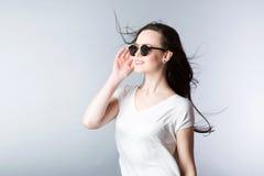 Portret młoda atrakcyjna kobieta jest ubranym okulary przeciwsłonecznych zdjęcie stock