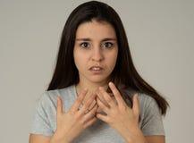 Portret młoda atrakcyjna kobieta patrzeje straszący i szokujący Ludzcy wyrażenia i emocje obrazy stock