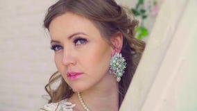 Portret młoda atrakcyjna kobieta pozuje i opowiada zdjęcie wideo