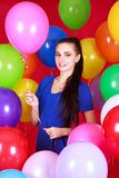 Portret młoda atrakcyjna kobieta wśród wiele jaskrawych balonów Zdjęcia Royalty Free