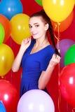 Portret młoda atrakcyjna kobieta wśród wiele jaskrawych balonów Zdjęcie Stock