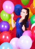 Portret młoda atrakcyjna kobieta wśród wiele jaskrawych balonów Obrazy Stock