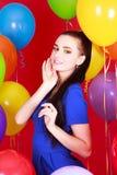 Portret młoda atrakcyjna kobieta wśród wiele jaskrawych balonów Obraz Royalty Free
