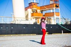 Portret młoda atrakcyjna kobieta w czerwonym odprowadzeniu nad dużym vinta zdjęcie stock