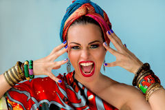 Portret młoda atrakcyjna krzycząca kobieta w afrykanina stylu Zdjęcia Stock