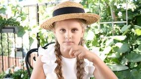 Portret młoda atrakcyjna uśmiechnięta dziewczyna bawić się z słomianym kapeluszem Stylu życia pojęcie szczęśliwego dzieciństwa zbiory