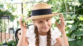 Portret młoda atrakcyjna uśmiechnięta dziewczyna bawić się z słomianym kapeluszem Stylu życia pojęcie szczęśliwego dzieciństwa zdjęcie wideo