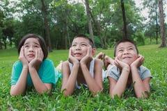 Portret młoda azjatykcia chłopiec i azjata dziewczyna patrzeje up Fotografia Royalty Free