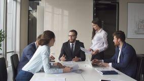 Portret młoda biznes drużyna przy pracą Jaskrawy współczesny mały kreatywnie biznes Fotografia Royalty Free