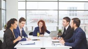 Portret młoda biznes drużyna przy pracą Jaskrawy współczesny mały kreatywnie biznes Przypadkowi młodzi ludzie w nowym zbiory wideo