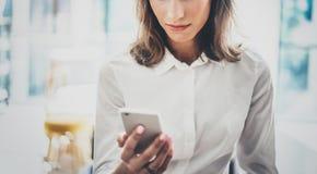 Portret młoda biznesowa kobieta jest ubranym białą koszula używać nowożytne smartphone ręki Dziewczyn sms czytelnicza wiadomość w Zdjęcie Royalty Free